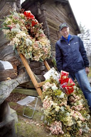 Det märks på kransarna att Åke Henriksson har haft handelsträdgård och att han är van att röra sig ute i skogen. Han plockar mossorna själv.