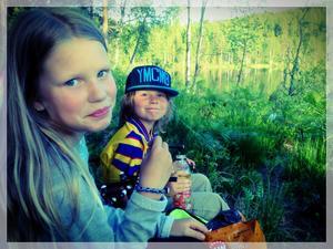 Elsa och Alvin Larsson myser med lite snacks i väntan på att fisken ska hugga.