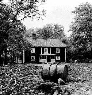 Hammarby gård hade varit i släkten Cronstedts ägo sedan 1740-talet. Till gården, som var på 240 hektar, hörde Sjöhagen, Stadshagen och en del fiskevatten kring holmen Kattskär som drottning Kristina skänte till Västerås stad vid jultiden 1652. Enligt de uppgifter VLT fick fram år 2002 på stadsarkivet revs Hammarby gård 1967 eller 1968.