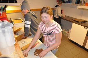Bakar pepparkakor på hemkunskapen inför skridskoutflykt, gör Kevin Grönvall Övringe och Isabella Larsson Ågren.