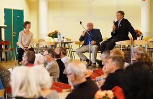 Intressegruppen Rimbo framtids ordförande Gustaf Lagerbielke, till höger, hälsade alla välkomna. Därefter tog Hans Alfredsson över kommandot.