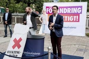 Sverigedemokraternas partiledare Jimmie Åkesson beskriver regeringens invandringspolitik som både ansvarslös och vettlös.