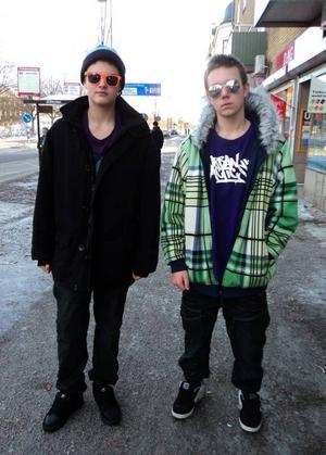 """Färgglada. Joakims jacka är från Topstreet Wear i Stockholm, t-shirt och jeans från Carlings, skor från Sea Fun. Andres har på sig solglasögon och byxor från Sea Fun, tröja från Hollywood i Stockholm, skor och jacka """"ingen aning""""."""