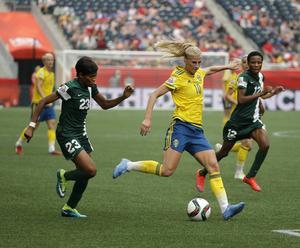 Sveriges Sofia Jakobsson mot Nigerias Ngozi Ebere och Ngozi Okobi.