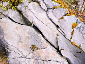 Den här typen av hällmålningar brukar vara runt 4 000 år gamla.