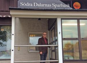 Swedbank har på kort tid avvecklat sin verksamhet i Svärdsjö, Grängesberg, Södra Dalarnas Sparbank i Långshyttan och i Stora Skedvi. Konsekvenserna är förödande, skriver debattören Kjell Söderberg, på bilden utanför bankkontoret i Långshyttan.