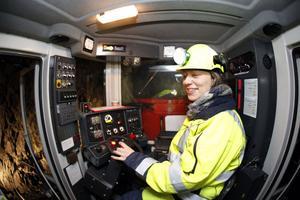 En mallig gruvarbetare visar stolt upp sin arbetsplats. Från hytten sköter Karin Tröjbom borriggen, 196 meter    under markytan.