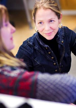 """Läraren Pernilla Magnusson var med och arrangerade FN-dagen på Vittra gymnasieskola. """"Dagen är till för att öka elevernas intresse och medvetenhet om FN"""", säger hon."""