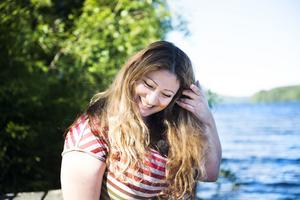 Vid Indalsälven hämtar Saga energi. På eftermiddagarna och kvällarna bada bryggan i solljus och då hoppar hon gärna i.