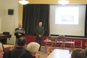 Staffan Östman från kommunens Tekniska kontor berättar om planerna, till höger projektledaren Jan Olofsson.