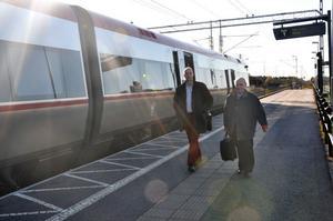 JÄMSIDES. Johans Örjes (C) och Arne Ruth kom med Upptåget för att i Mehedeby diskutera kollektivtrafik