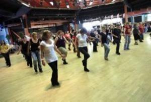 Linedance har fått sitt namn att av dansarna står utan partner i rader och gör sina steg och turer.