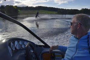 Pappa Olof kör både båten när Jane tränar och fungerar som tränare.