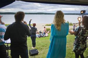 Gospelkören In Connection från Gagnef i Dalarna drog igång festunderhållningen på Maln.