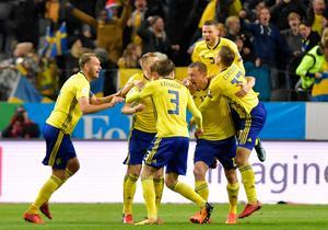 Sveriges Jakob Johansson (höger, mitten) jublar med lagkamraterna efter 1–0 under fredagens VM-kvalmatch i fotboll mellan Sverige och Italien. Foto: Anders Wiklund/TT.