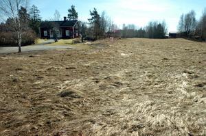 Här i Loviselund vill Kumla kommun att fler villor byggs. Därför har regeringen givit kommunen rätt att tvångsinlösa marken. Allt som markägarna får behålla är en tomt på  2 500 kvadratmeter där själva bostadshuset är beläget.