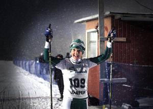Julia Albertsson jublar efter segern i D13–14.