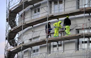 Om alla aktörer och led i byggprocessen delade Sveriges Byggindustrier och Byggnads syn på sund konkurrens skulle staten öka sina skatteintäkter till vård, skola och omsorg, skriver debattörerna.
