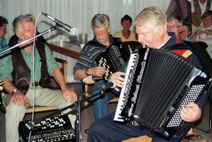 Sone Banger har spelat i olika konstellationer under åren, här tillsammans med lokala dragspelare.