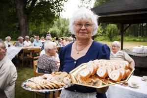 Birgit Jonssson, ordförande i PRO som ordnade kalaset, hade varit uppe hela natten och bakat. Sammanlagt bjöds på 37 olika sorters kakor som hon och flera andra pensionärer bidragit med, alla av gammeldags sorter och vackert gjorda.
