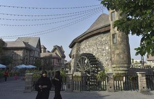 French Village är en exakt kopia av en fransk medeltida by som man byggt upp i temaparken Riverland.