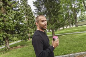 Christian Jeppesen tar alltid med sig sin rosa kaffemugg till jobbet på en skola i Hudiksvall. I början blev barnen förvånade över att han som var kille hade en rosa mugg.