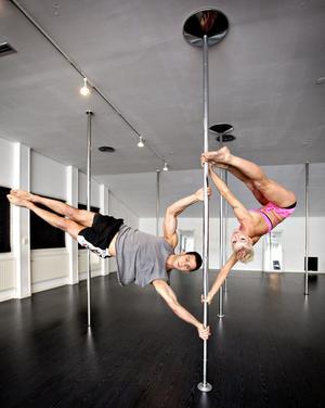 """Styrkan är viktig i poledance där muskler i till exempel underarmarna tränas. Till en början blir det många blåmärken, men """"man härdar sig"""" och """"nöter bort"""" som Ibrahim Tunc och Sanna Larsson säger."""