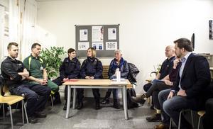 Medverkande i projektet och deltagare i pressträffen: Från vänster: Daniel Larsson(räddningstjänst), Christer Olsson(ambulans), Marie Edlund(polis), Anna Ställ(polis), Lena Angberg(socialtjänsten), Erik Gatu(polis), Sonja Sahlin(brottsförbyggande rådet), Fredrik Holm(Borlänge kommun).  Utanför bild: Maria Mårts(Tunabyggen), Kenneth Persson(Borlänge kommun)