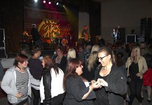 Top Cats fick direkt från start fart på publiken i Grängesparken. När konserten startade vid 23.15-tiden hade cirka 600 personer betalat in sig.
