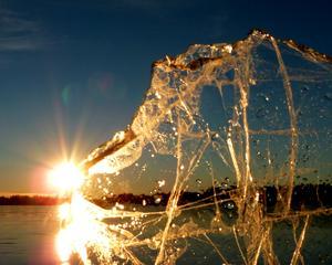 Smältande is i soluppgång vid sjön Noren