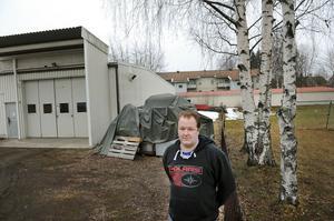 Johan Holmqvist är inte nöjd med hur Bollnäs kommun agerat. Utbyggnaden var tänkt att ske på industrifastighetens norra sida.