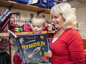 Valter Justin tog med sig rymdboken till förskolan.
