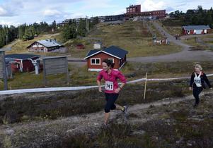 Hanna Salander från Borlänge ger sig ut på den avslutande slingan och tvingas vända ryggen mot målet uppe vid Högfjällshotellet.