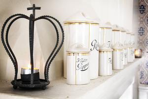 Elisabet Rens Nordlöf är stolt över att ha lyckats få i hop en komplett serie av dessa Gävletillverkade porslinsburkar.