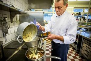 Ronny Larsson, kökschef på Spjutegården, silar den smakrika såsen över älgfilén. Svensk husmanskost och framför allt rotmos med fläskkorv är Rogers favorit.