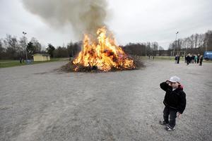 Det märktes att Jakob Karlsson, 4 år, var impad av elden.