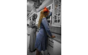 Högmodiga Irene finns som en ond skugga intill Gulla, när Gulla gör gott – förstör Irene. Foto: Tharos Gröning
