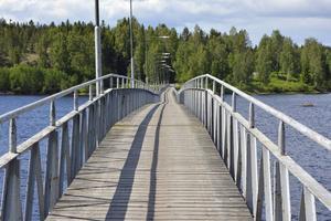 Varvsbron stängdes för snart två år sedan. Nu görs en utredning om en ny, trots allt, kan byggas på samma ställe där den gamla bron fortfarande står.