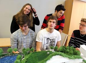 Amelia Sjödin, Ola Hedberg, Niklas Sundelin, Jakob Svedin och Anton Bergman i årskurs två på teknikprogrammet i Sollefteå. Alla är nöjda med sitt val.