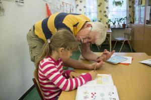 Stig, Stig, Stickan, Stig! Förskollärare Stig Lundström far runt i klassrummet och försöker hjälpa alla. Men han har fått högt blodtryck och äter huvudvärkstabletter så gott som dagligen.