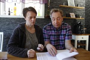 Elias föräldrar Susanne och Johnny Johansson menar att den nedlagda förundersökningen har flera brister och att de aldrig fått veta av polisen var sonen befann sig på vägen när han blev påkörd.