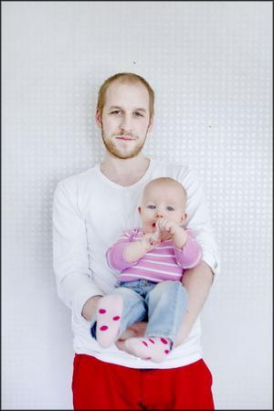 Mathias Heldevik med dottern Meja, åtta månader.