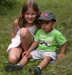 Unga besökare. Tindra, 8 år, och Felix, 3 år, hade kul på Galen helg. - Jag är med och spelar teater, och Felix tycker det är jättespännande här, berättade Tindra. Foto:Maja Berg