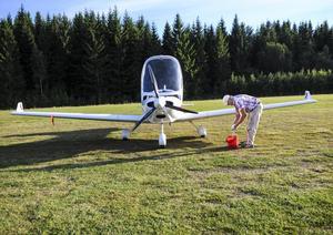 Hans-Göran Göransson tvättar planet efter avslutad flygtur. Själv har han nyss varit nere i Skåne med det. Att flyga Höganäs-Gävle tog honom strax över tre timmar.