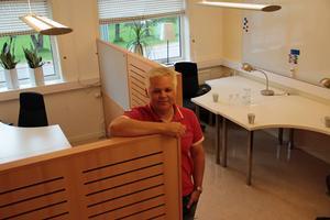Tommy Henriksen på Närljus visar nya företagskuvösen.
