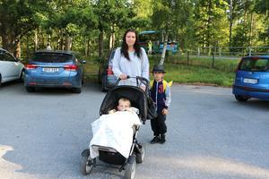 Josefin Winberg med Hugo 7 år och Oskar i vagnen. När inte skolbussen kom tvingades hon köra barnen till skolan.