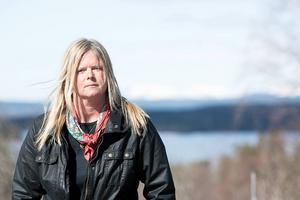 I dokumentärserien Att älska Vattudalen blandar Camilla Wolgers nutid med dåtid. Hon reflekterar också över sin roll och framtid som boende på Öhn.