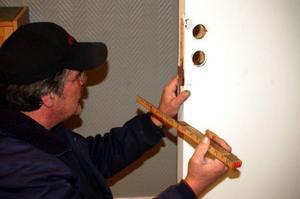 Kent Fahlström hade mycket jobb under måndagen med att laga dörrarna som brutits upp.