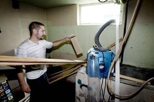 Avfuktaren ska stå i källaren hemma hos Torbjörn Garneryd i Forsby i en månad sedan hela källaren blivit översvämmad med vatten vid torsdagens oväder.