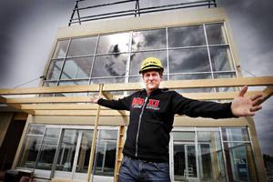 I augusti slår Ica Maxi upp portarna på Stadsdel Norr. Ica-handlaren Kent Kristoffersson är överraskad över det stora intresset för att få jobba i butiken. Hittills har 650 personer sökt jobb.